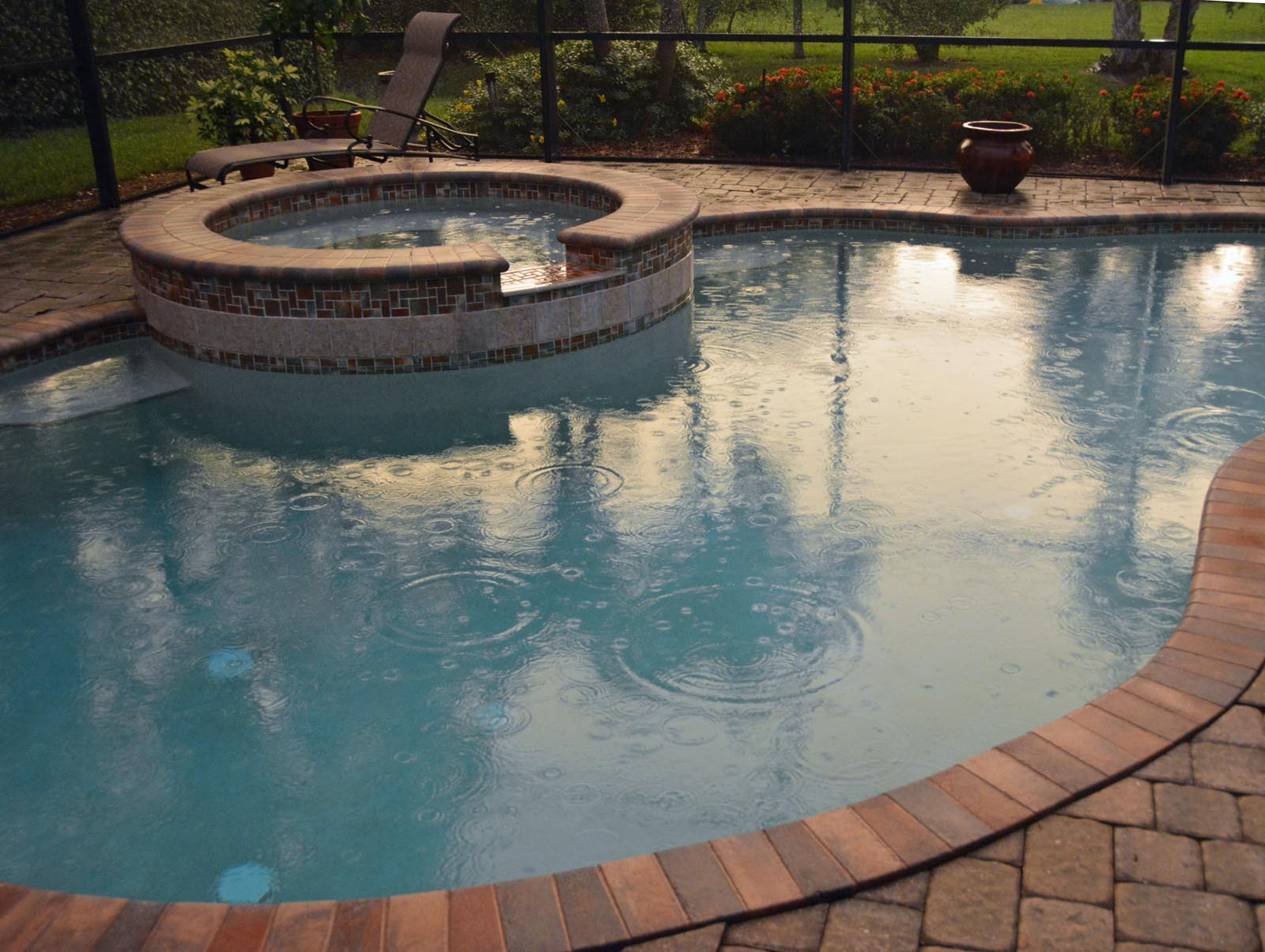 A circular hot tub and circles in the pool – A GATOR IN NAPLES